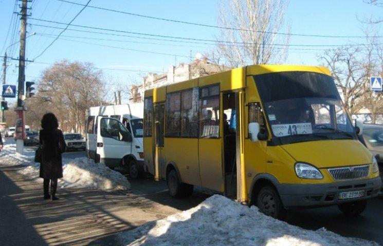 У Миколаєві маршрутчик влаштував перегони із повним салоном