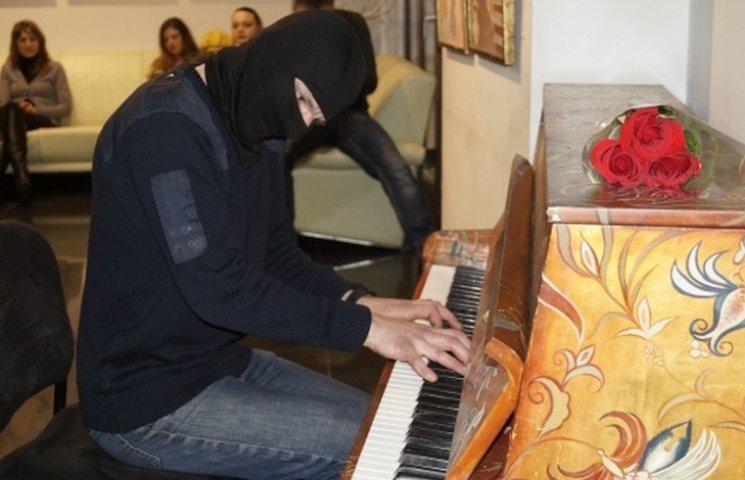 У Вінниці грав піаніст з Майдану