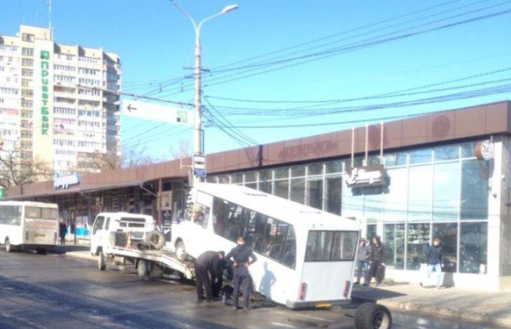 У Миколаєві у другої маршрутки №1 відвалося колесо