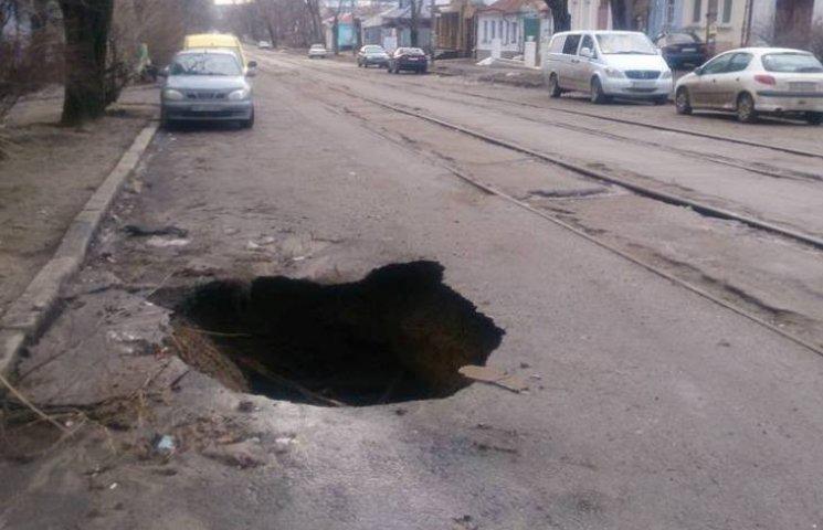 У Миколаєві провалився шмат дороги