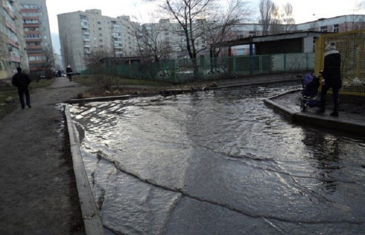 Після дощу внутрішньоквартальні дороги в Комунарському районі Запоріжжя вчергове перетворилися на річки