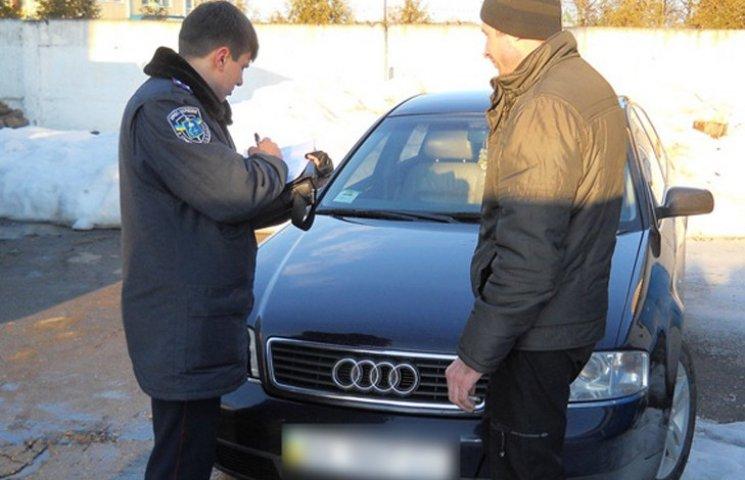 На Сумщині затримали автівку з фальшивими документами