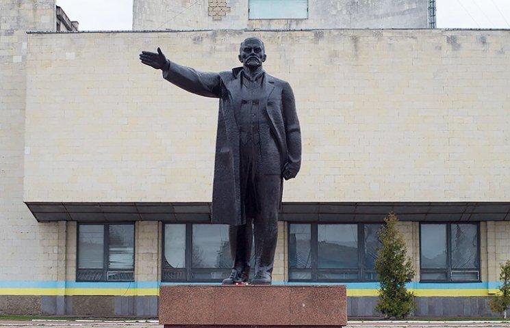 """На Чернігівщині """"ювелірно"""" демонтували Леніна"""