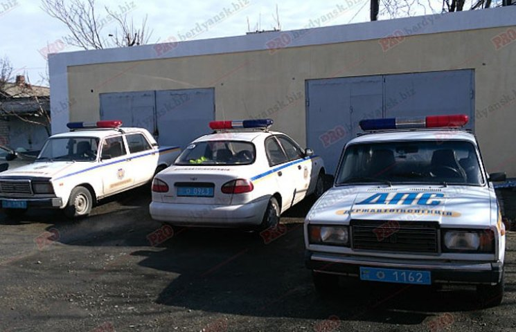 """В Бердянську у дорожньої поліції забрали нові """"Пріуси"""""""