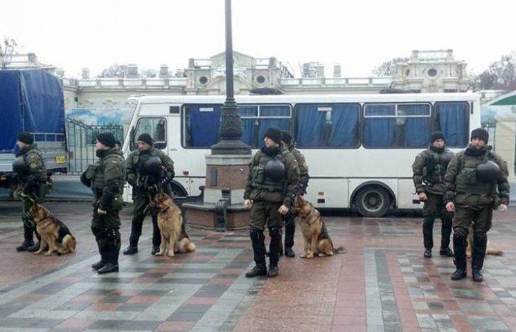 Отчет Яценюка: Под Радой много полицейских с техникой и собаками