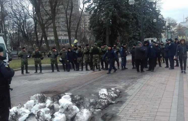 Под Радой на митинге против Яценюка осталось 300 человек (ФОТО)