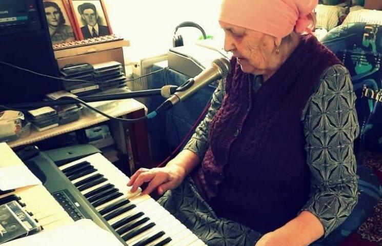 В Німеччині 90-річна бабуся влаштовує домашні концерти