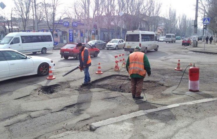 У Миколаєві нарешті почали латати аварійні дороги