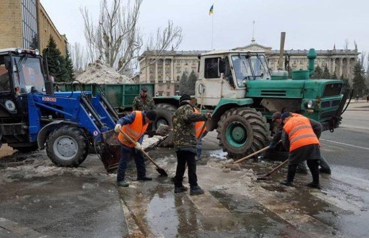 У Миколаєві почали вивозити купи снігу, коли температура повітря сягнула +14 С