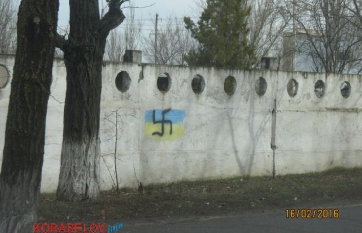 У Миколаєві українські прапори розмалювали свастикою