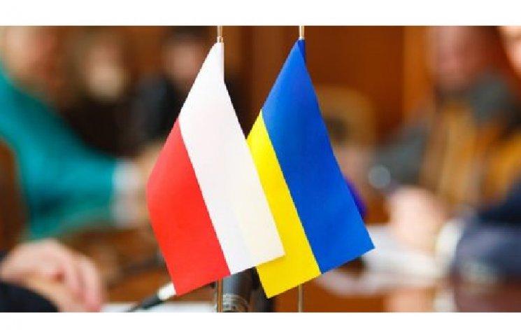 Польський благодійний фонд передав підручники школярам Хмельниччини