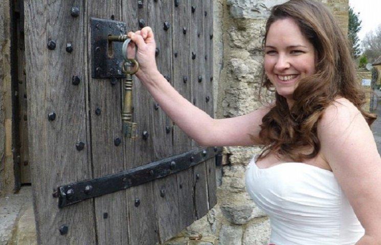 В Британии стало модно играть свадьбы в крошечных тюремных камерах 18 века