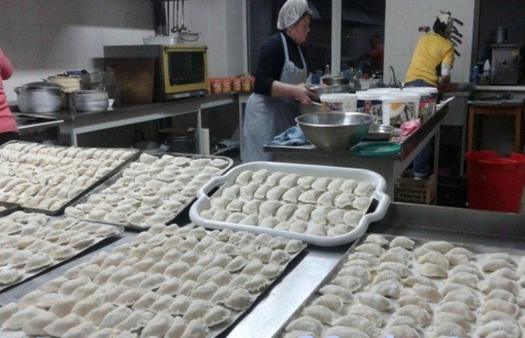 Тернопільським волонтерам вже не вистачає відер на вареники для АТО
