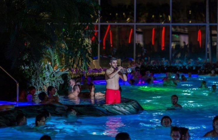 Як симфонічний оркестр виступав у спідньому в басейні