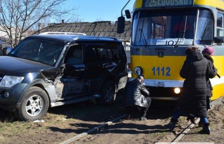 У Миколаєві трамвай розчавив іномарку водія-невдахи