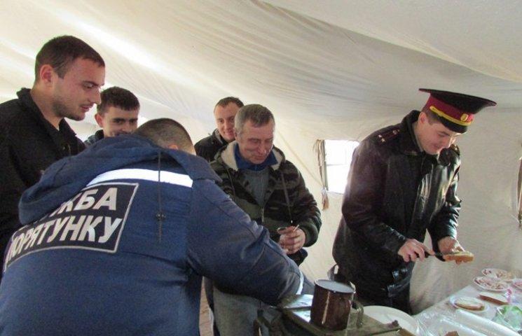 Водіїв фур на кордоні з Росією рятувальники підгодовують чаєм та бутербродами