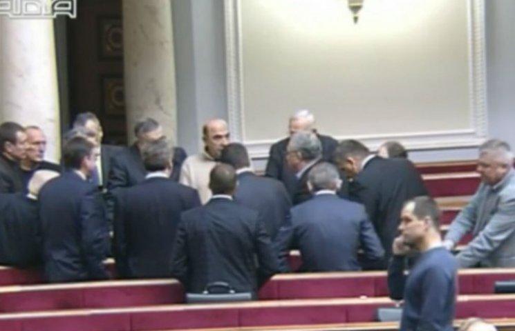 Зал сессионного застоя: нардепам не сидится во время выступления министра (ФОТО)