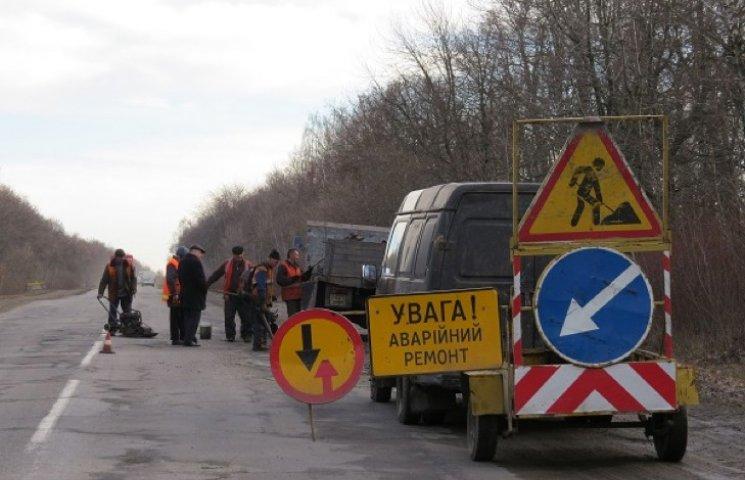 Зимові пошкодження доріг ремонтують на Хмельниччині