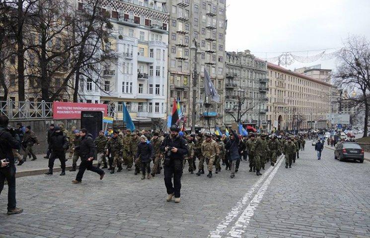 """Побивши вікна Ахметову, протестувальники попрямували до """"найближчого кацапського банку"""""""