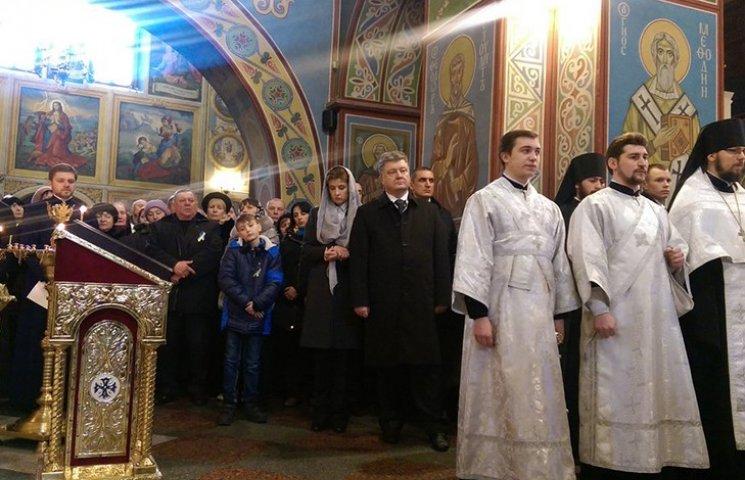 Порошенко помолився разом з родинами Небесної сотні
