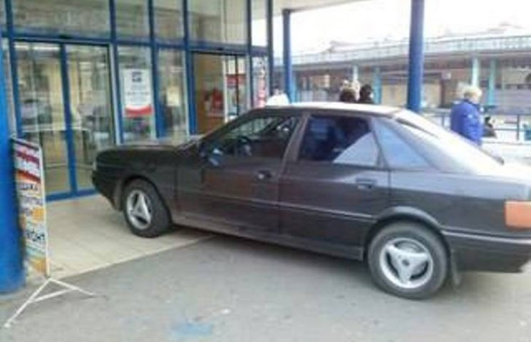 У Миколаєві горе-таксист припаркувався у дверях супермаркету