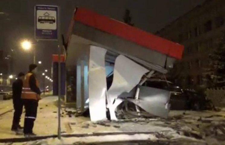 """У Вінниці """"Мерседес"""" розтрощив трамвайну зупинку"""