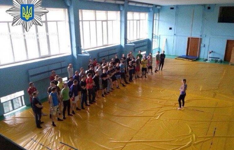 Хмельницькі патрульні гуртом подалися в спортзал