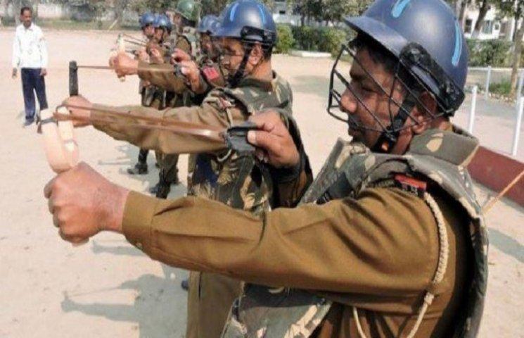 В Індії поліціянтів озброїли рогатками