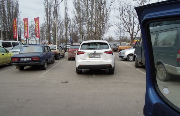 """У Миколаєві дівчина припаркувалася одразу на два місця, щоб """"Лексус"""" не подряпати"""
