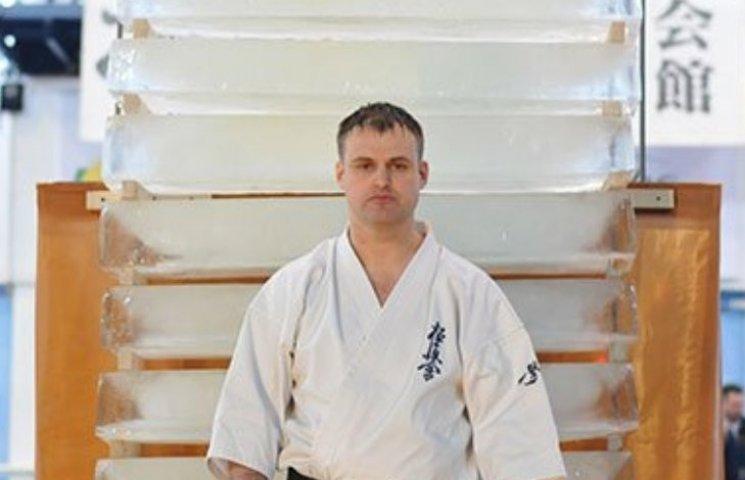 Миколаївський спортсмен розбив рукою 10 крижаних брил вагою 440 кг