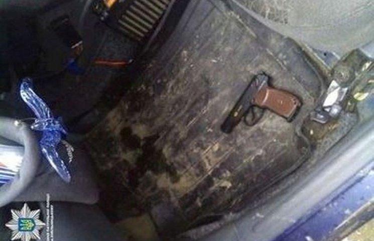 У Хмельницькому пасажир погрожував таксисту пістолетом