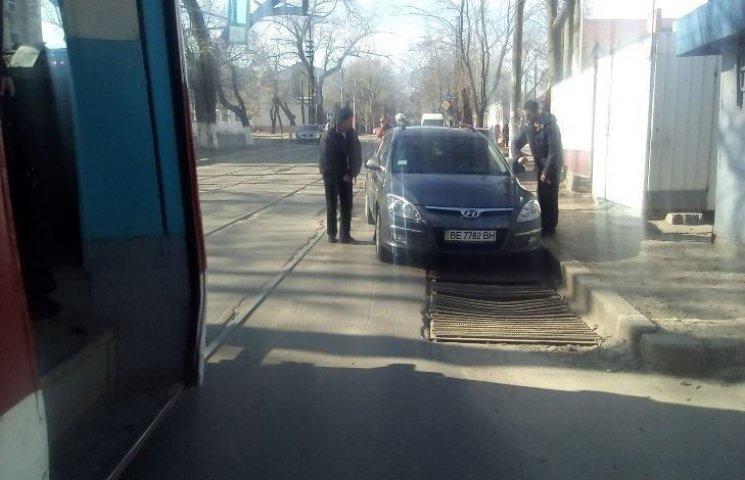 У Миколаєві обурені пасажири перенесли машину, яка заблокувала трамвайну колію