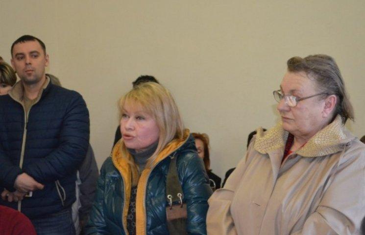 Миколаївці звинуватили матір депутата міськради у самозахопленні їхнього двору