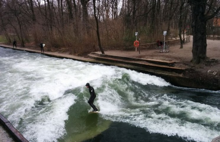 Как в Мюнхене посреди парка занимаются серфингом
