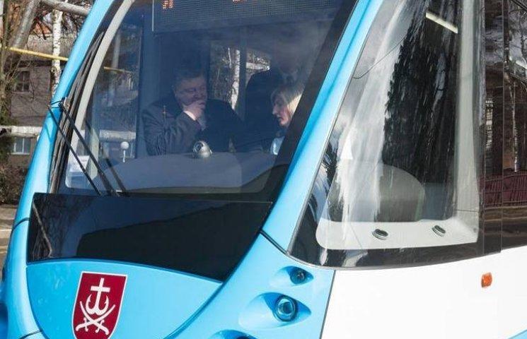 У Вінниці Порошенка після присяги поліції катали на новому трамваї