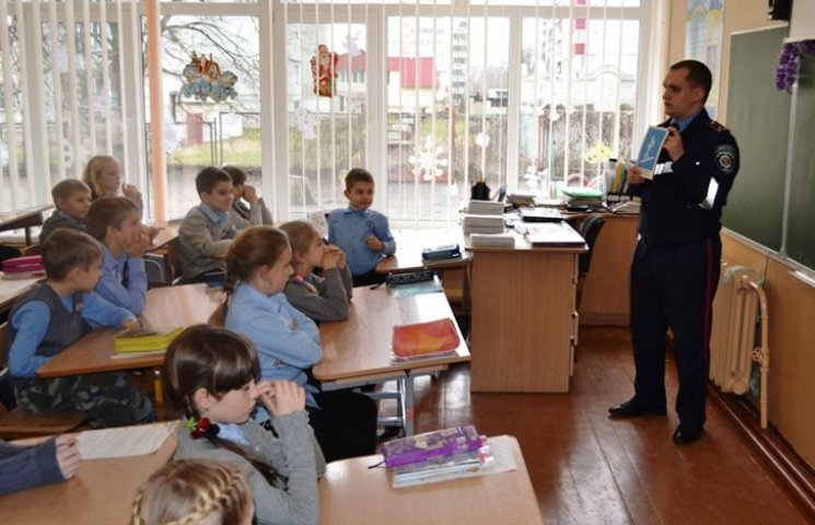 Сумські школяри отримали від правоохоронців посібники з дорожньої абетки