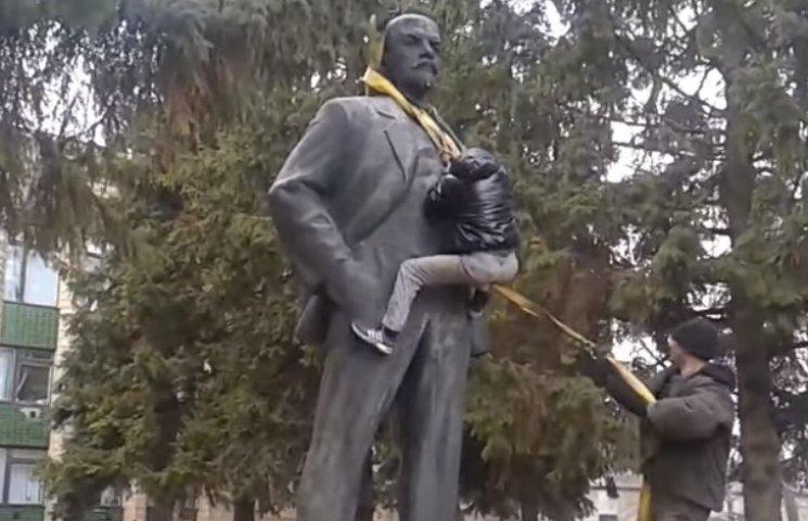 На Миколаївщині повалили чергового Леніна