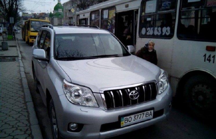 У Тернополі водіїв штрафують за неправильне паркування