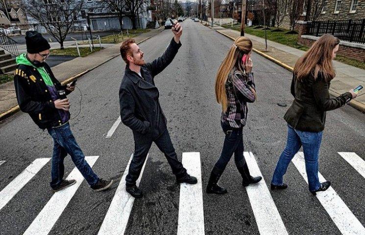У Раді пропонують штрафувати пішоходів за розмови по мобільному