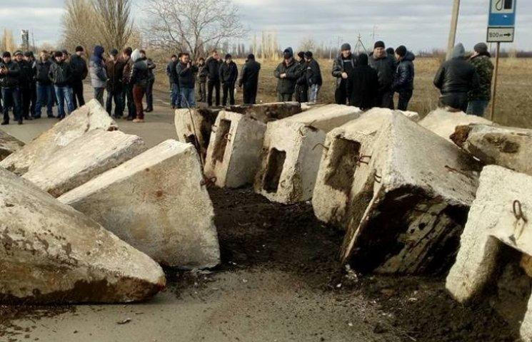 На Миколаївщині бетонними блоками перекрили трасу на виборчий Кривий Ріг