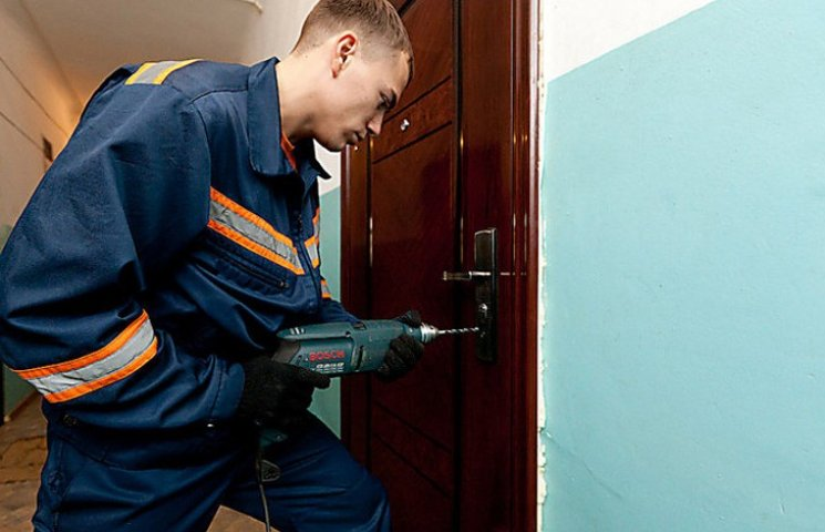 """На Сумщині пожежники врятували дівчинку з квартирного """"полону"""""""