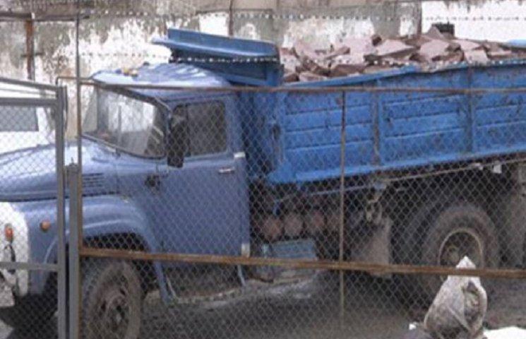У Тернополі  масово розкрадають червоний камінь
