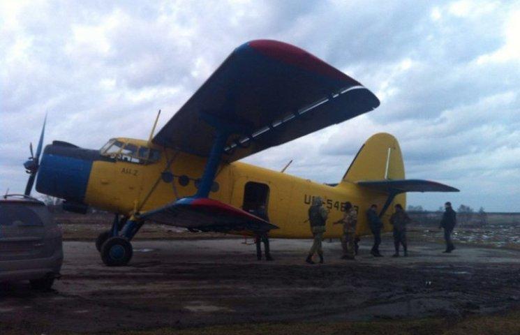 Близько 70 ящиків з цигарками намагалися переправити літаком з Тернопільщини