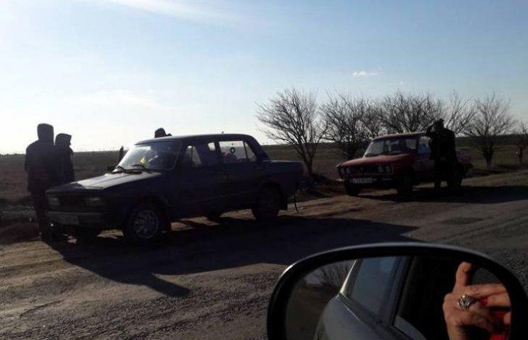 Біля Широколанівського полігону спиртне військовим продають прямо з машин
