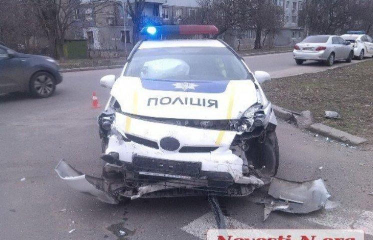 У Миколаєві в результаті ДТП з поліцейським Prius перевернувся Renault