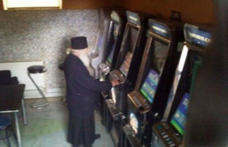 Священник играет в игровые автоматы азарт плей контакте