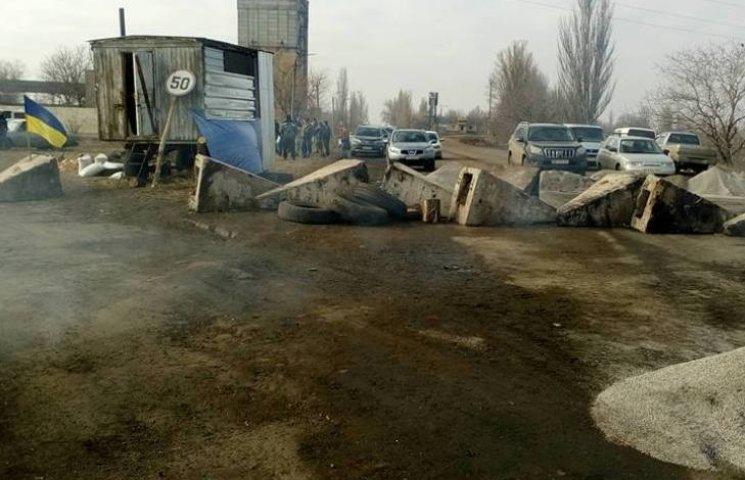 На Миколаївщині траса Н-11 все ще залишається заблокованою для вантажівок
