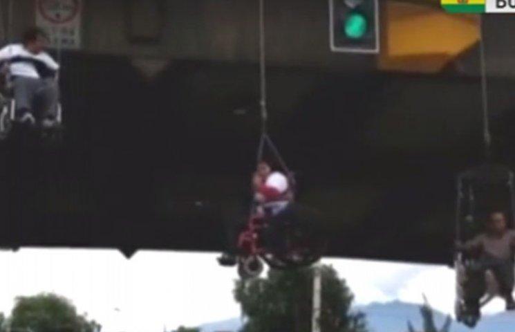 У Болівії неповносправні люди повисли на мосту на знак протесту