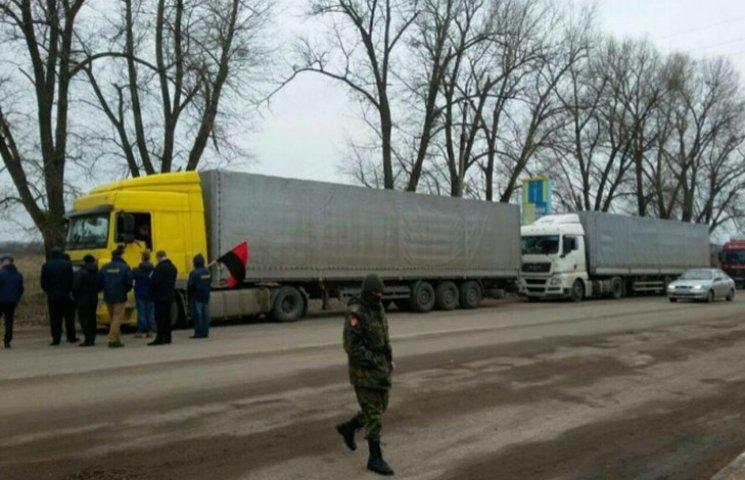 """Как """"свободовцы"""" блокируют российские фуры на Житомирщине"""
