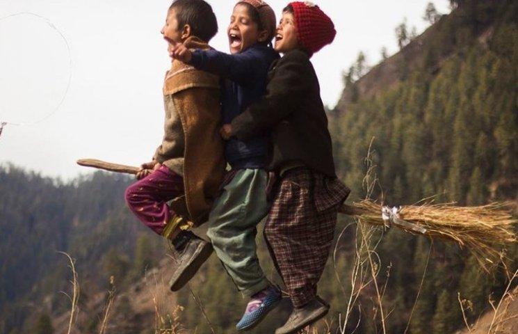 Індійський вчитель літератури навчив своїх учнів літати